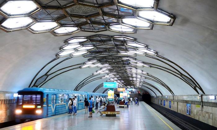 Lối kiến trúc mái vòm bên trong ga Alisher Navoi.