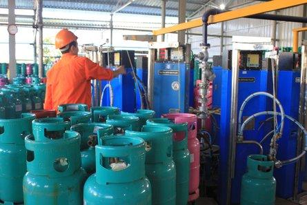 Khí dầu mỏ hóa lỏng (LPG) được bơm vào các bình gas